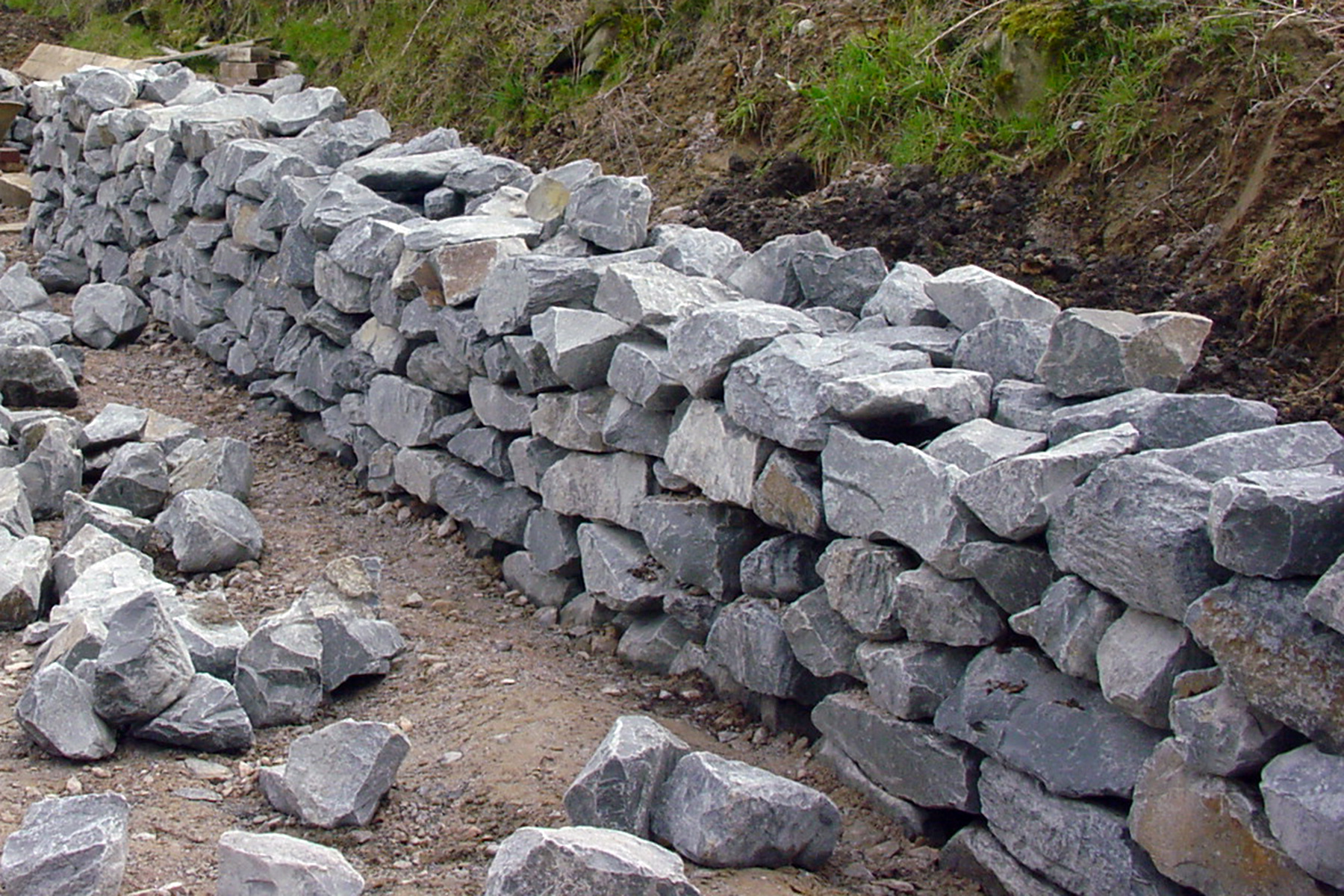 Gartenpflege WojtkowskiBau einer Natursteintrockenmauer
